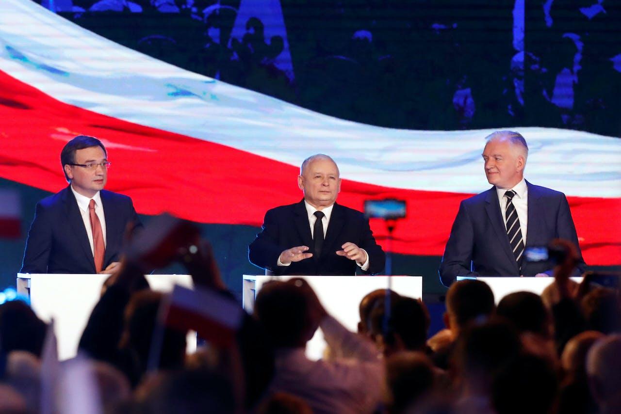 De drie leiders van de Poolse regeringscoalitie van links naar rechts: minister Ziobro (Verenigd Polen), PiS-leider Kaczynski en Akkoord-leider Jaroslaw Gowin.