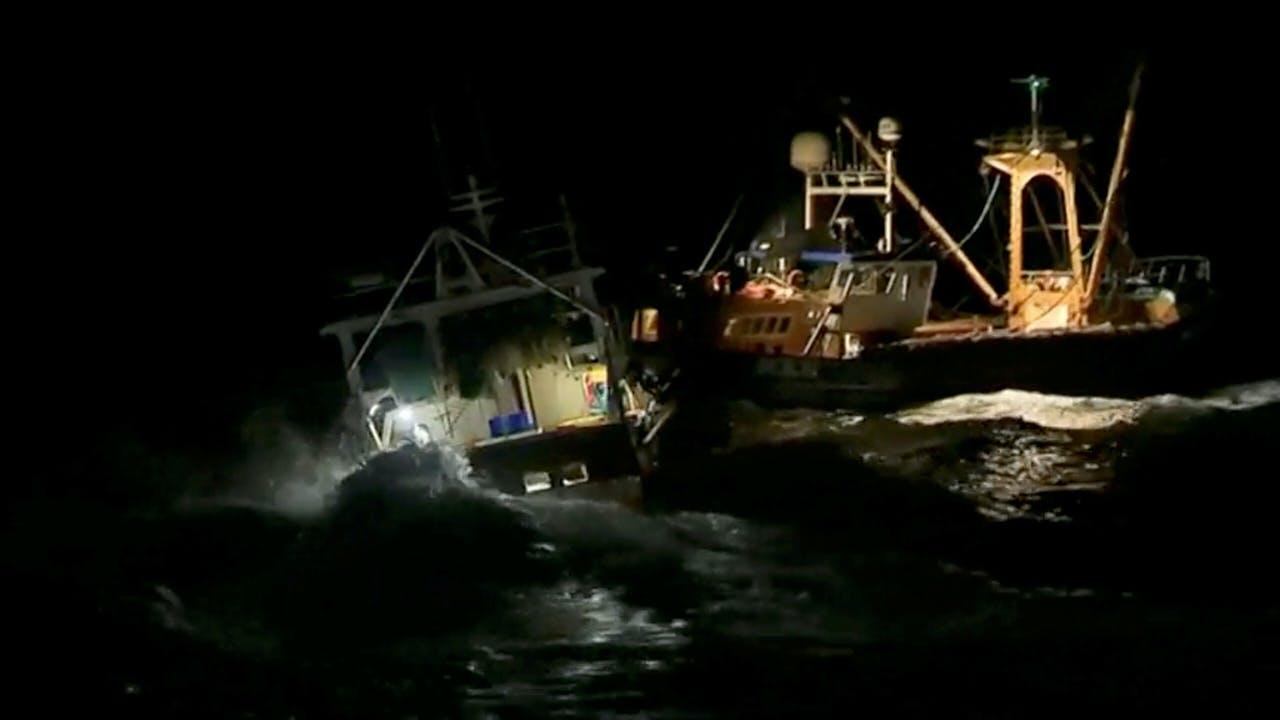 Franse en Britse schepen botsen in 2018 op elkaar bij een Frans-Britse ruzie over sint-jakobsschelpen (foto op basis van videobeelden).