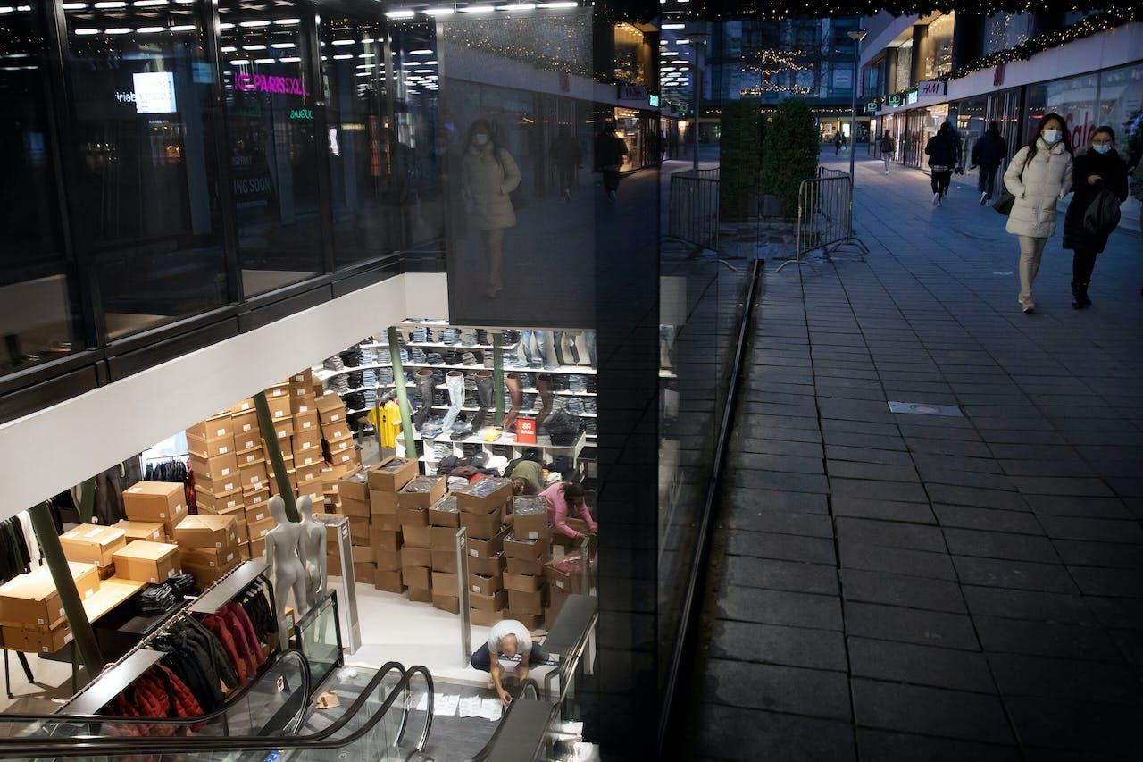 Opgestapelde dozen bij modemerk G-Star in Rotterdam. Winkels zouden normaal gesproken nu al een deel van de lentecollectie hebben hangen.