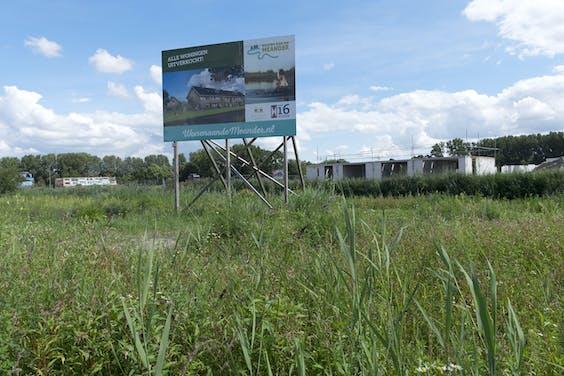 Alle woningen uitverkocht. Aankondiging voor de bouw van nieuwe woningen. Doordat de economie sterk is aangetrokken neemt de vraag naar koophuizen flink toe. Er wordt daardoor veel gebouwd in de Vinex-wijk park Zestienhoven in Rotterdam.