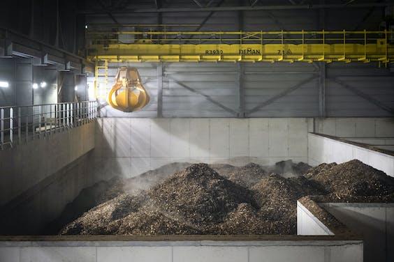 Gecertificeerde houtsnippers in de biomassacentrale in Amsterdam. Die wordt momenteel getest.