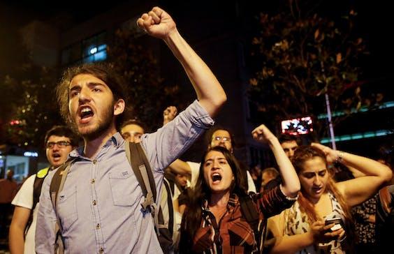 Een demonstratie tegen de uitslag van de presidentsverkiezingen, maandagochtend in Istanboel