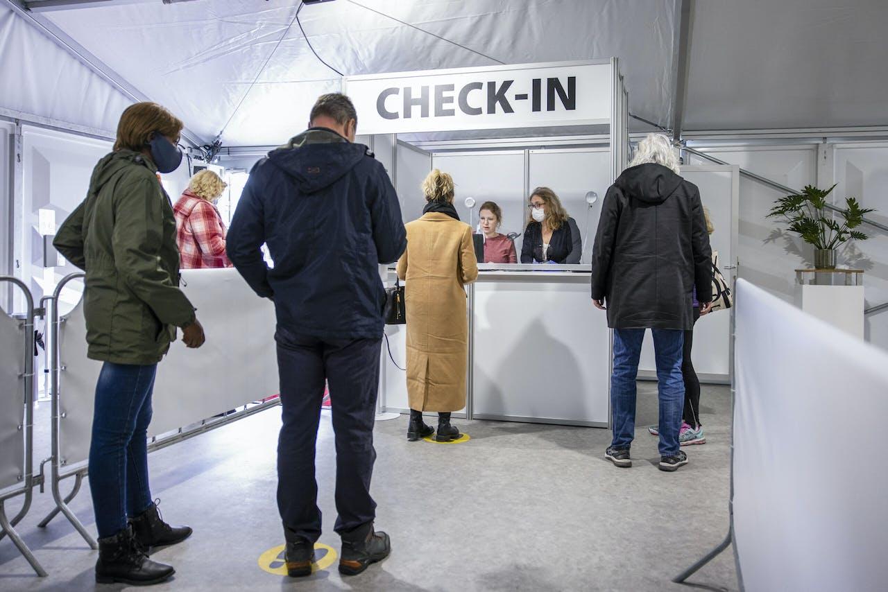 Een commerciële testlocatie vlak bij de Keukenhof in Lisse, een van de evenementen waar afgelopen week is geprobeerd of en hoe Nederland voorzichtig weer open kan.