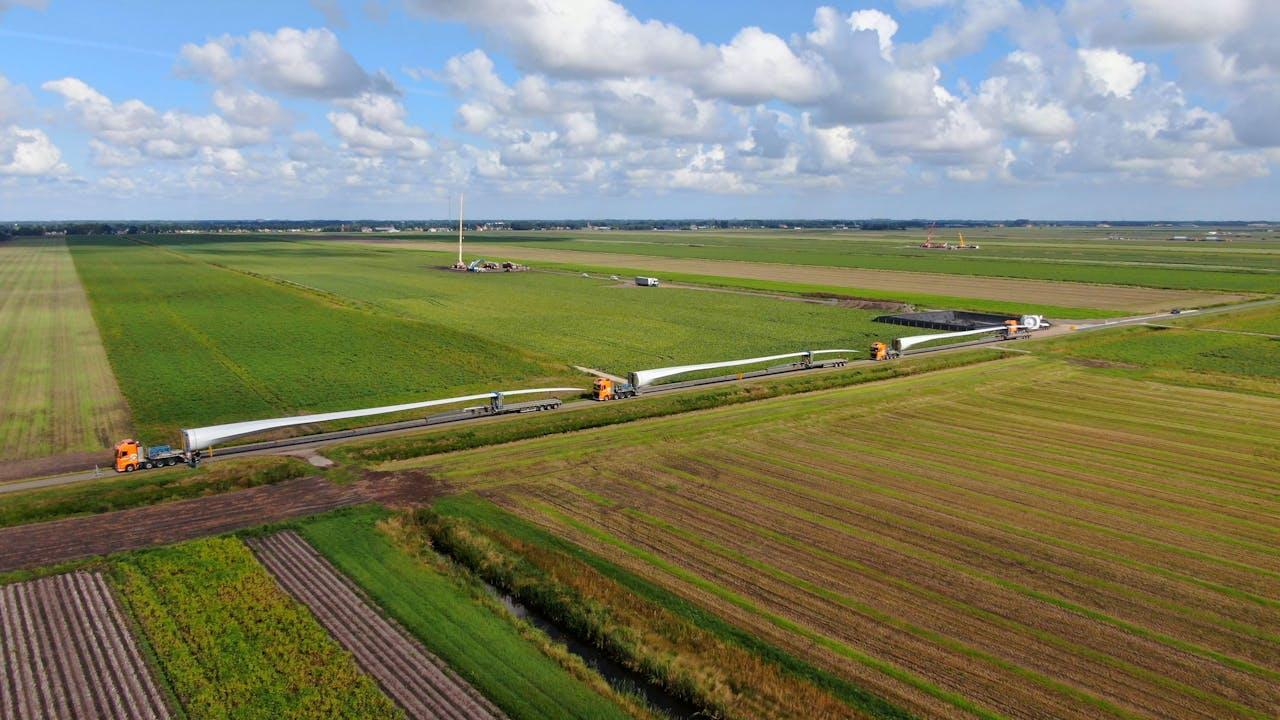 Windmolens op weg naar de windparken Drentse Monden en Oostermoer. Tegen de windmolenparken is lokaal veel verzet.