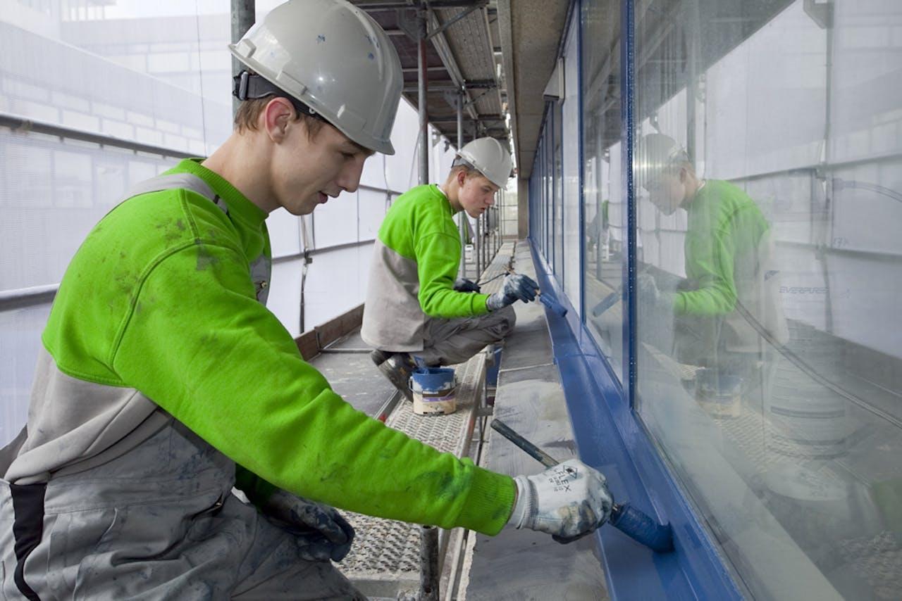 Aannemer Hemubo leidt jongeren uit Utrecht-Overvecht op bij een duurzaam renovatieproject van corporatie Mitros. Foto: Foppe Schut