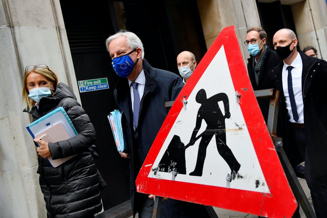 EU-onderhandelaar Michel Barnier (met het motief van de EU-vlag op zijn mondkapje) op weg naar een overleg in Londen.