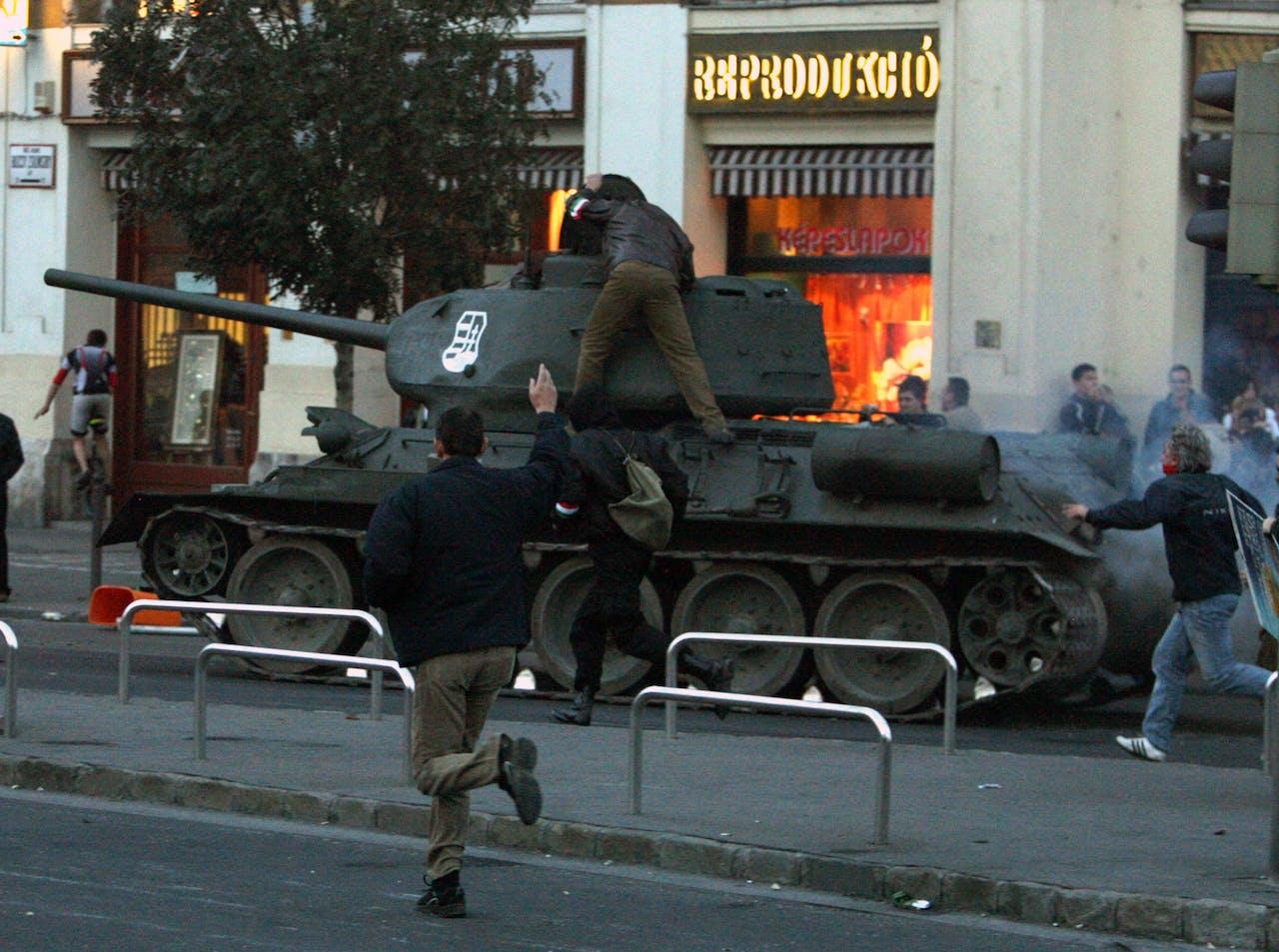 Betogers wisten bij protesten tegen de regering in oktober 2006 in Boedapest zelfs een museumtank te starten.
