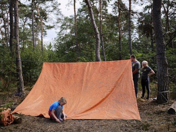 Voor een nacht slapen de kinderen in het privébos van Club Adventure in een zelfgemaakte tent.