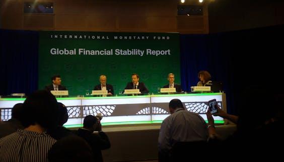 Tobas Adrian (midden) presenteert het GFSR.