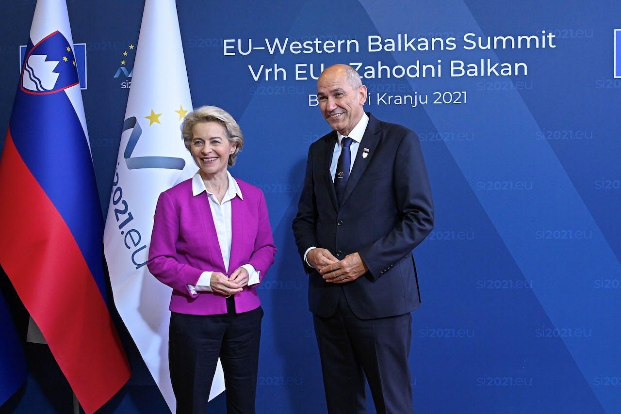 Janez Jansa (r) verwelkomt Commissie-voorzitter Ursula von der Leyen.