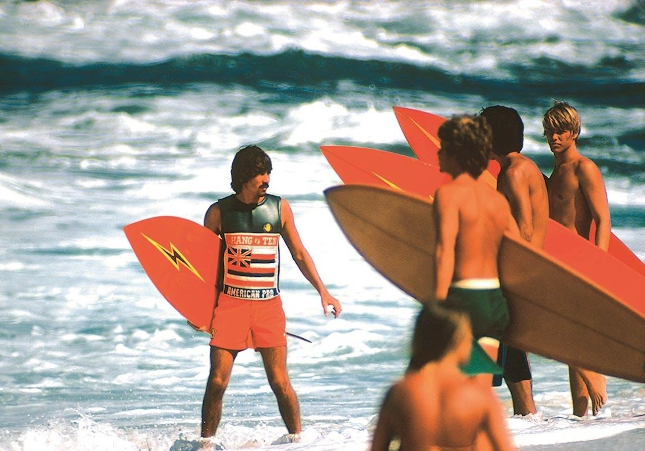 Jonge mensen in een decor van zon en strand.