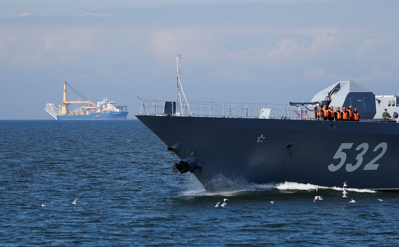 Een Russisch korvet patrouilleert bij het Russische schip Akademik Cherskiy (op de achtergrond). Dat vaartuig moet het resterende deel van de gaspijp Nord Stream 2 leggen.