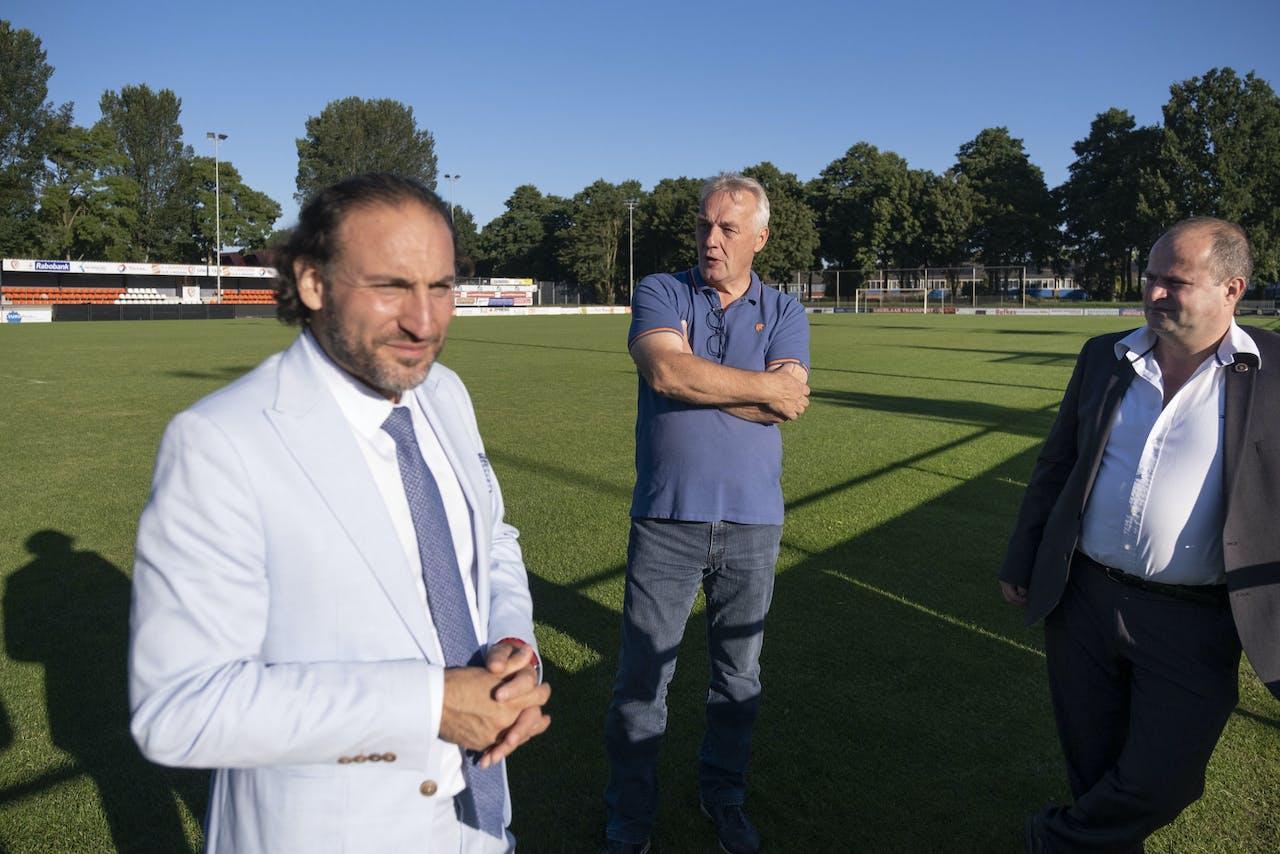 Harun Kunt en Johan Verweij na vele jaren bijeen op het veld van voetbalvereniging TEC, samen met de imam. 'Je moet elkaar een beetje helpen, toch?'