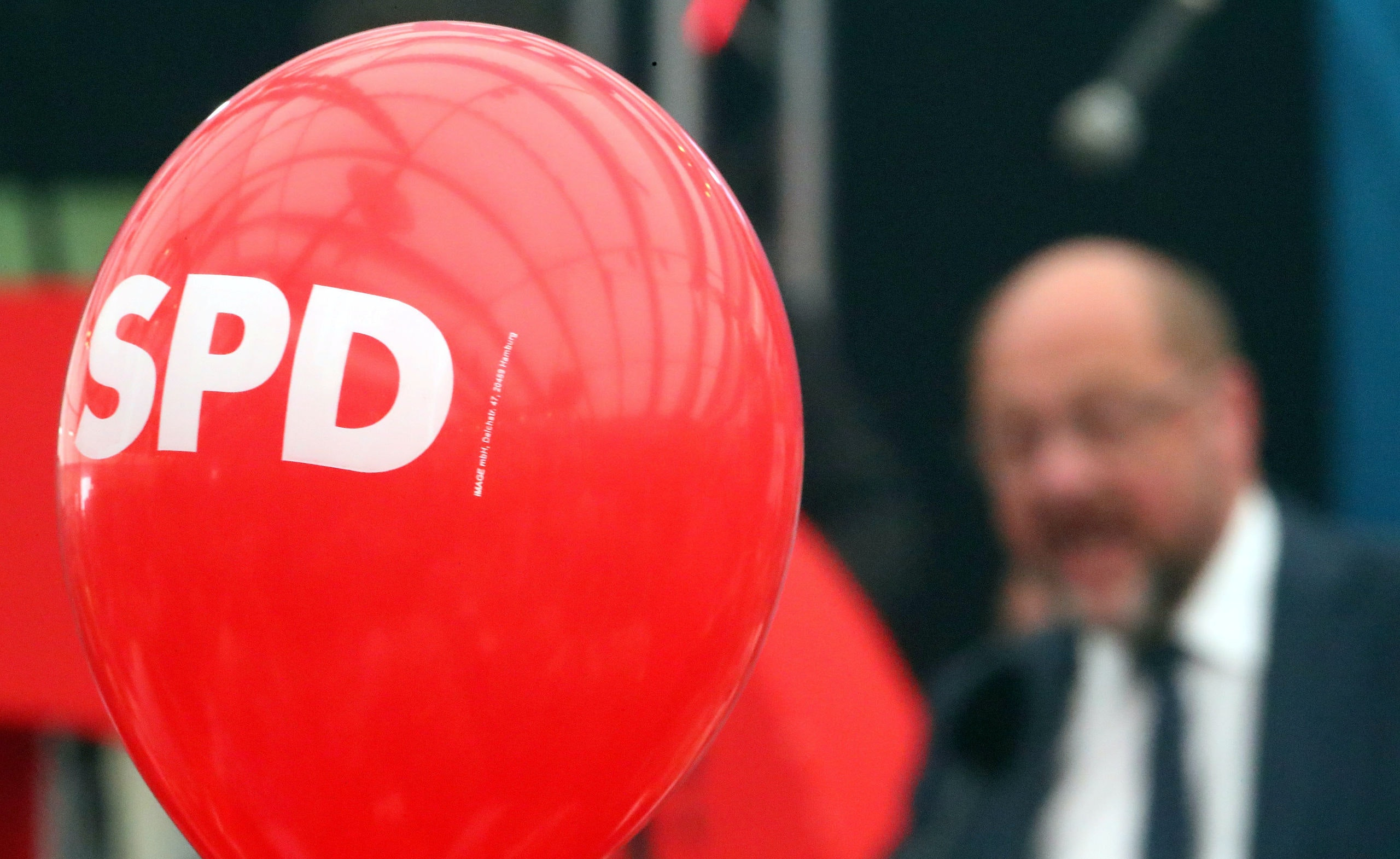 A balloon with the logo of the Social Democratic Party (SPD) is seen as Martin Schulz, top candidate of SPD for the upcoming federal election, gives a speech during an election rally at one of Bavaria's oldest fairs, the Gillamoos Fair in Abensberg, Germany, September 4, 2017.   REUTERS/Michael Dalder - RC1FACF2B540