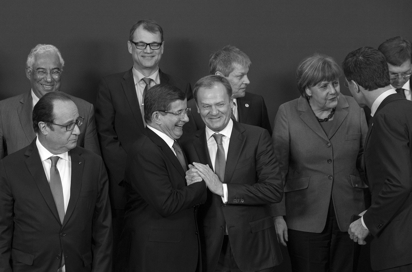 2016: de Turkse premier Ahmet Davutoglu (lachend, met bril) poseert met Europese leiders na onderhandelingen over de Turkije-deal.