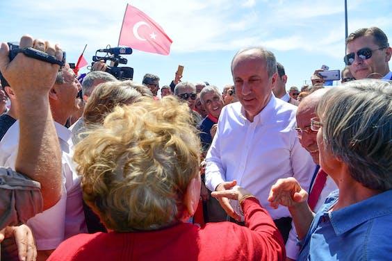 Muharrem Ince, oppositieleider en presidentskandidaat voor de sociaaldemocratische partij CHP, schudt etnische Turken de hand tijdens een bezoek deze week aan de noord-Griekse stad Komotini.