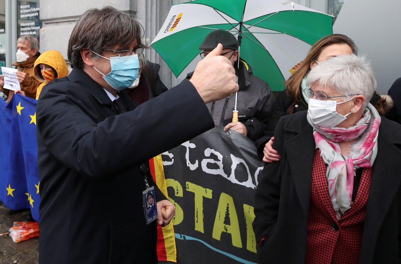 Carles Puigdemont (met paraplu).