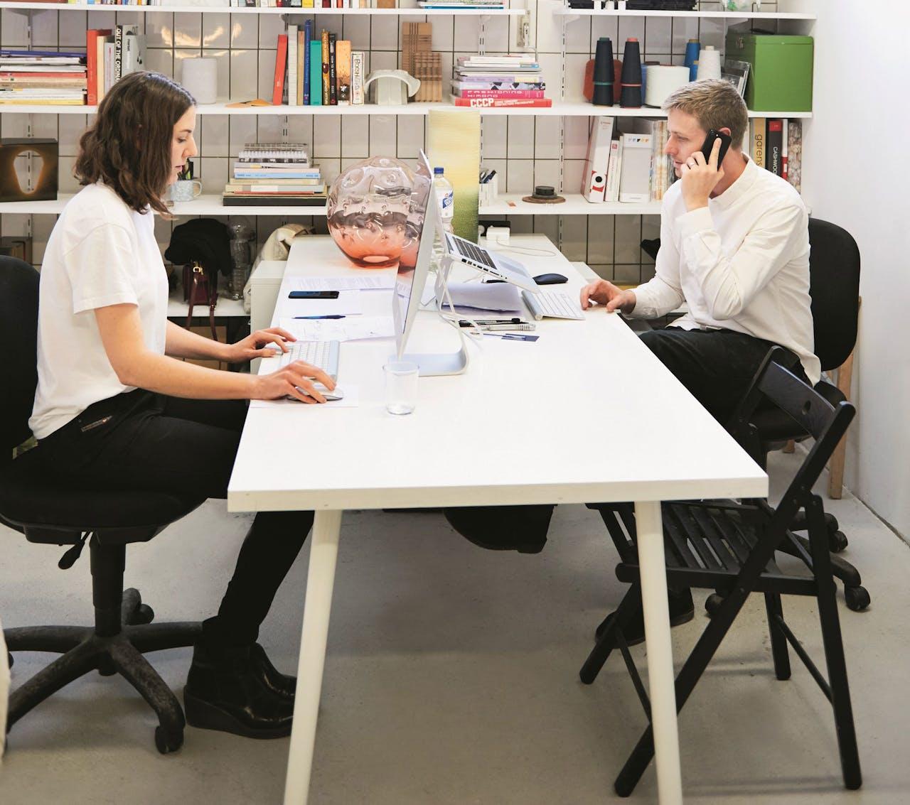 Kate en Joel Booy in hun Rotterdamse kantoor.
