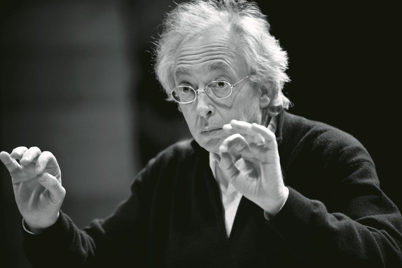 Philippe Herreweghe dirigeert het Collegium Vocale Gent.