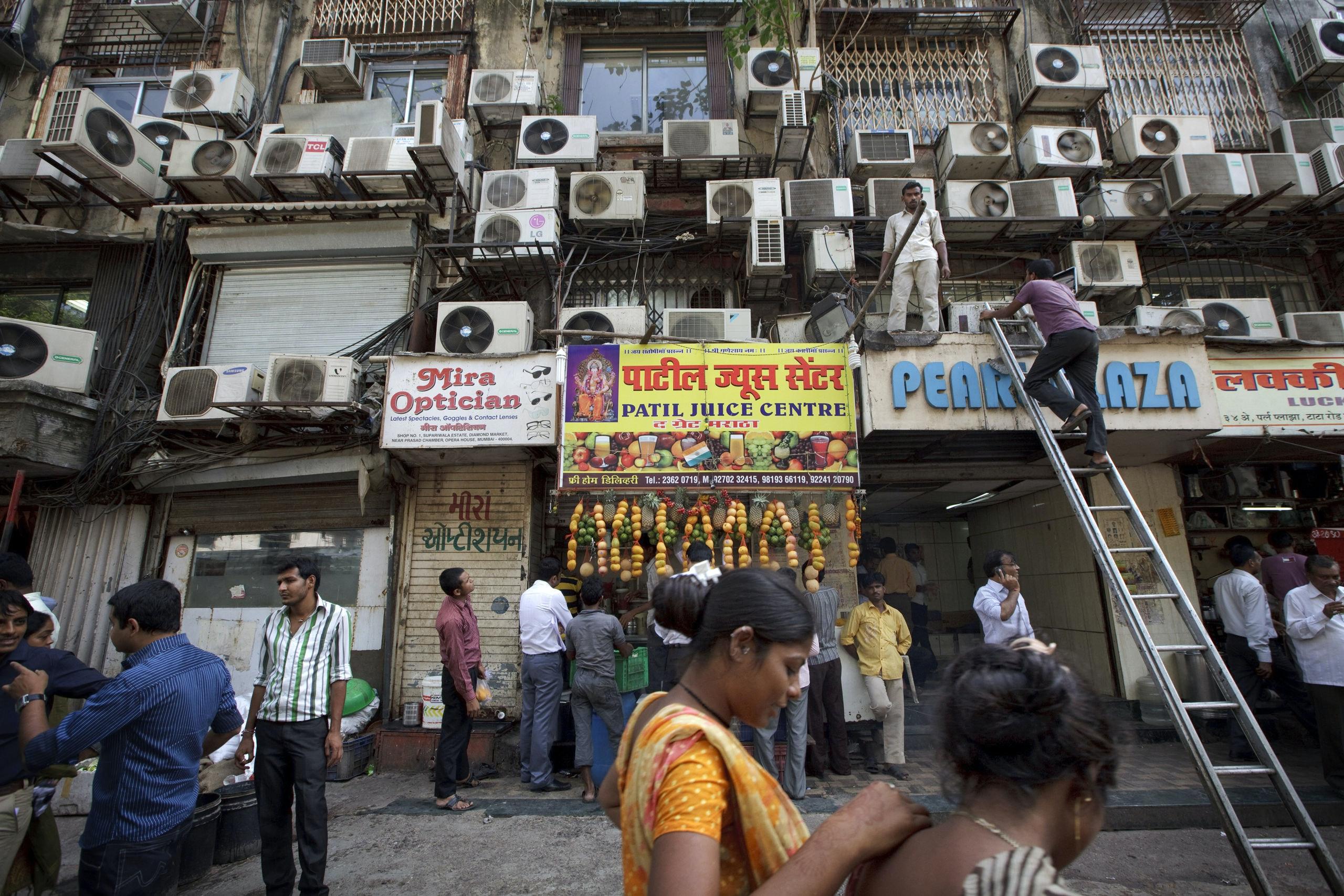 Het aantal airconditionings in India groeit snel. In het straatbeeld van Bombay verschijnen steeds meer airco-kastjes aan de gevels.