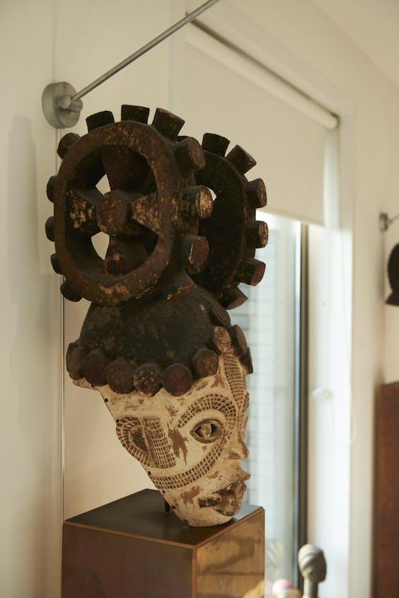 Akkerman heeft een uitgebreide verzameling Afrikaanse kunst.