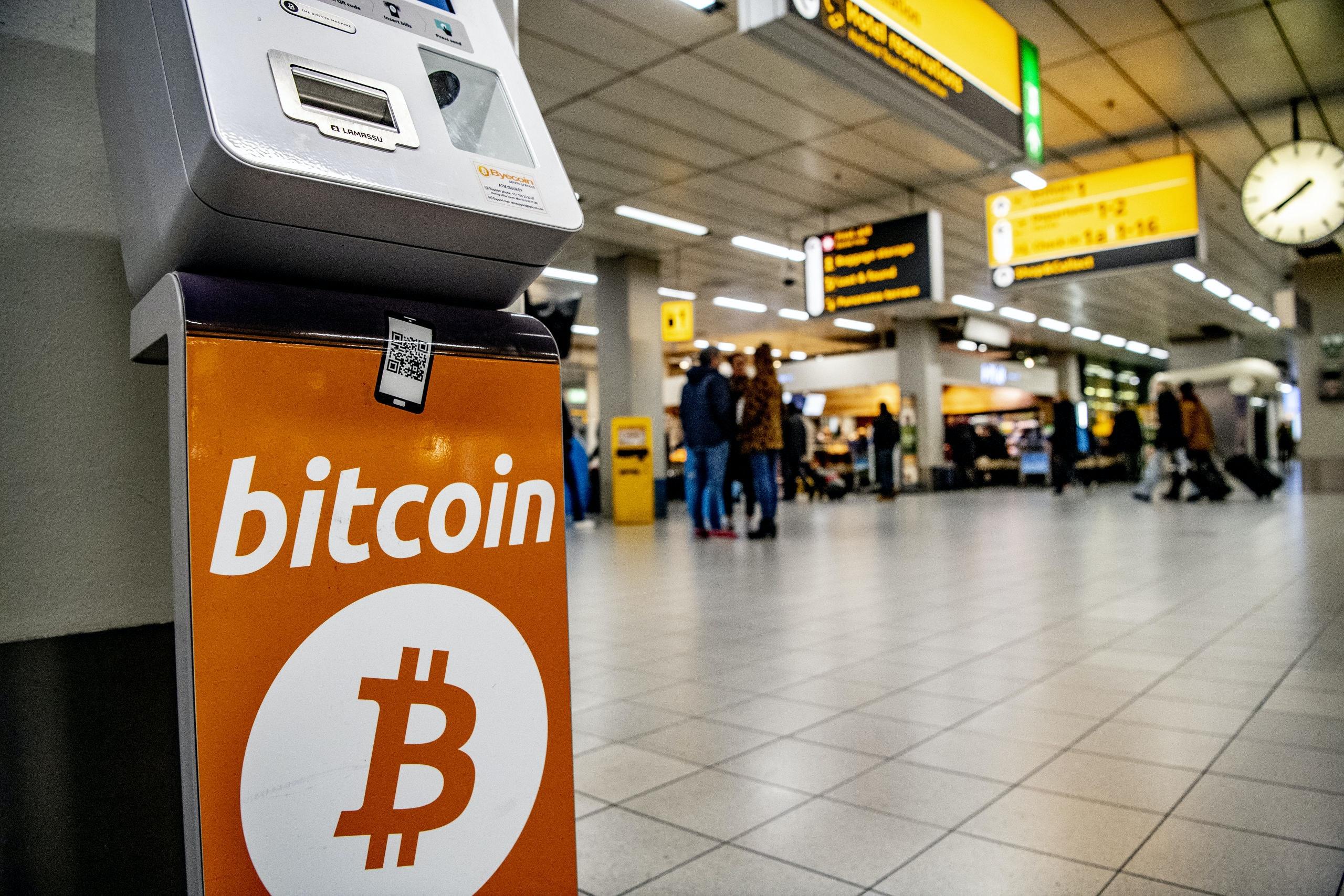 """SCHIPHOL - Reizigers op Schiphol die kort voor vertrek hun laatste euro's kwijt willen, kunnen deze vanaf woensdag inwisselen voor cryptomunten bitcoin en ethereum. Op de luchthaven is als proef een 'bitcoin-automaat"""" neergezet.ROBIN UTRECHT afm afrekenen altcoins betaalgemak betaalmiddel betaalmogelijkheid betaaloptie betaalsysteem betalen betalingsmiddel betalingssysteem binance bit bit coin bit-coin bitcoin bitcoinautomaat bitcoins bittrex block blockchain bubbel coin coinbase computer crypto cryptomunt cryptomuntautomaat cryptovaluta decentrale diensten digitaal digitaal betalen e e-commerce e-geld e-money economie electronisch encryptie exchange geld geldwisselautomaat gemak handel handelen handelsplatform hitbtc holland ijzersterke internet internetbetaalmiddel internetbetalen internetgeld logo munt munteenheid nederland peer peer-to-peer peer-to-peer-technologie prijsschommeling protocol regulering techniek technologie valuta veilige virtueel virtuele voordeel voordelig vrije waardeeenheid wallet wisselen"""