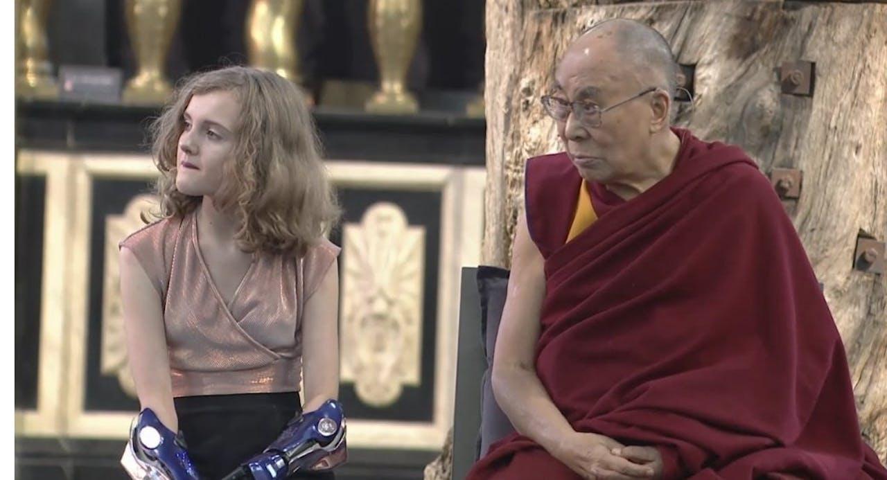 De Dalai Lama met Tilly Lockey, een 12 jarig Brits meisje met twee bionische handen.