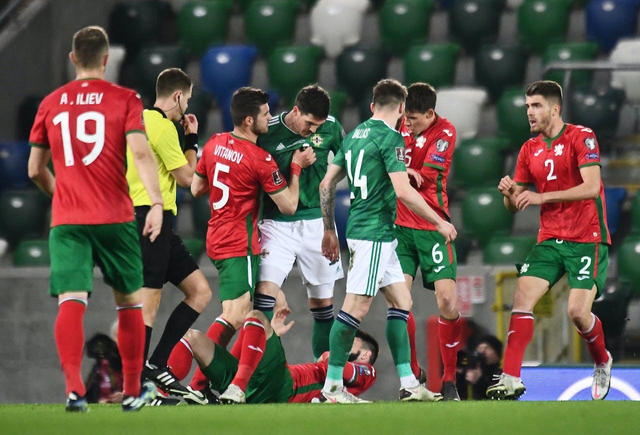 Noord-Ierse voetballers (in groen-wit) in actie tegen Bulgarije.