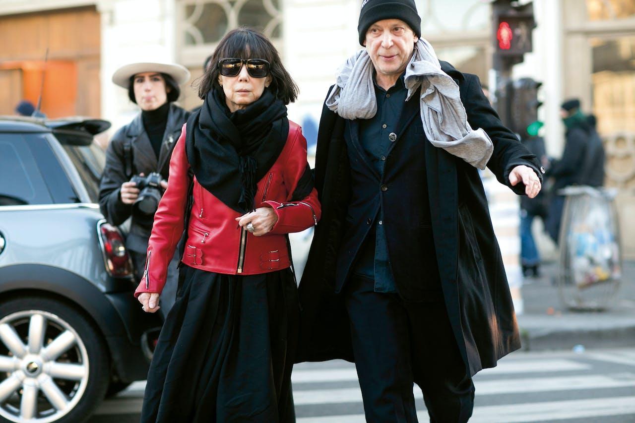 Kawakubo met haar man, Adrian Joffe, directeur van Comme des Garçons, in Parijs, januari 2016.