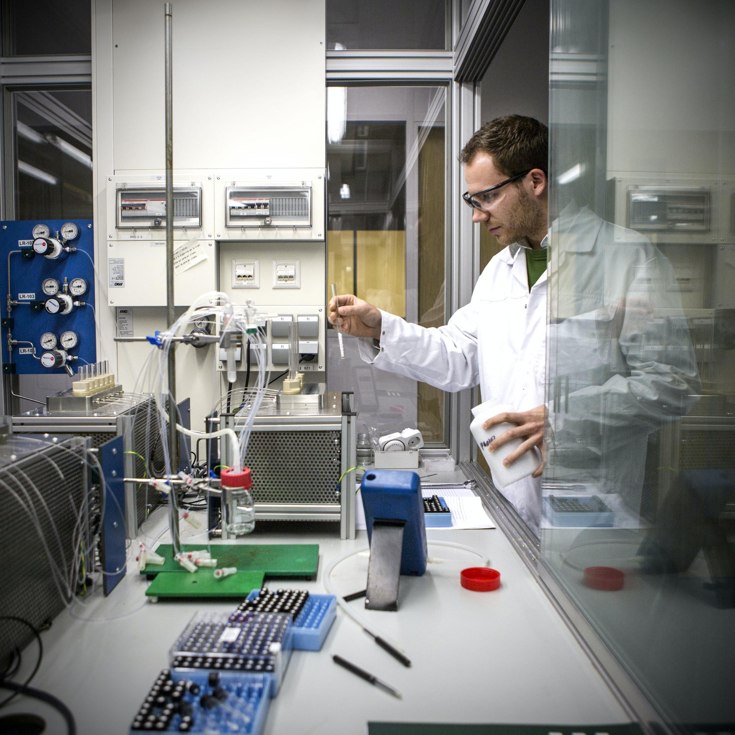 Amsterdam / Nederland / Een wetenschapper in het lab van het bedrijf Avantium. Avantium is een toonaangevend technologie-bedrijf in de chemische en farmaceutische industrie. Zij ontwikkelen plastic (voor PET plastic flessen), uit duurzame plantenmaterialen. 03.01.2014 © Julius Schrank / Kollektiv25