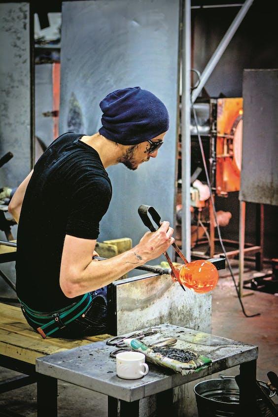 In het dorpje Nuutajärvi staat de oudste glasfabriek van het land.