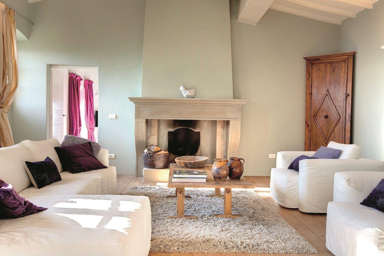 De ruime woonkamer van de Italiaanse villa.
