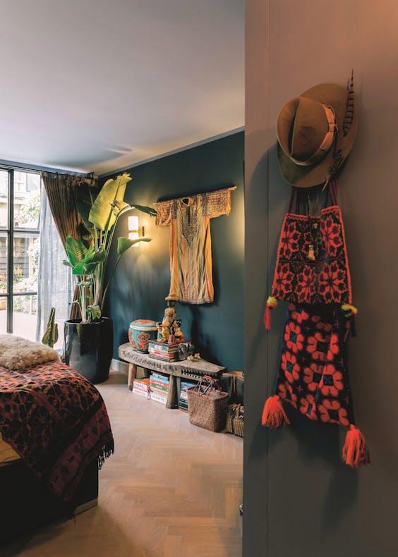 De slaapkamer, met aan de muur een Japanse kimono van honderden jaren oud.