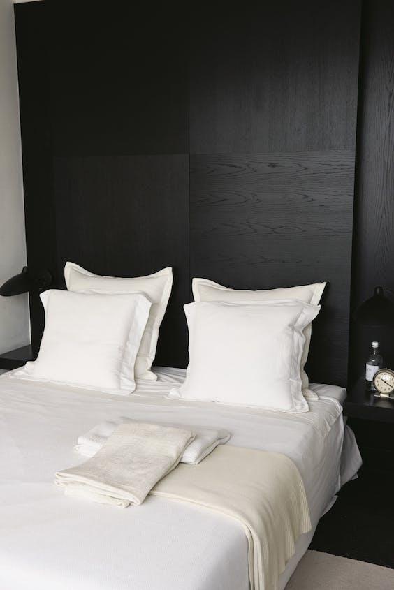 Bed in minimalistische stijl: Ming houdt, zegt hij zelf, van 'saai'.