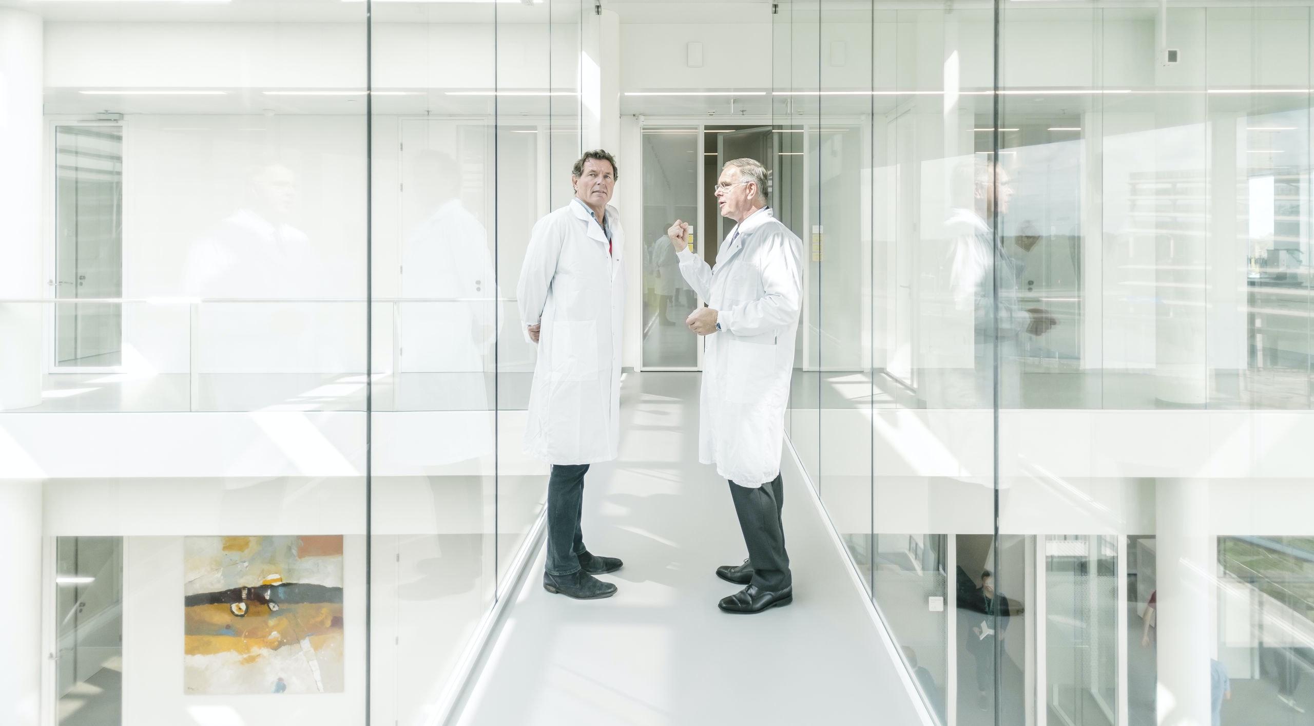 Jan van de Winkel (ceo Genmab, rechts) geeft een rondleiding aan Onno van de Stolpe (ceo Galapagos) in het nieuwe kantoor van Genmab in Utrecht.