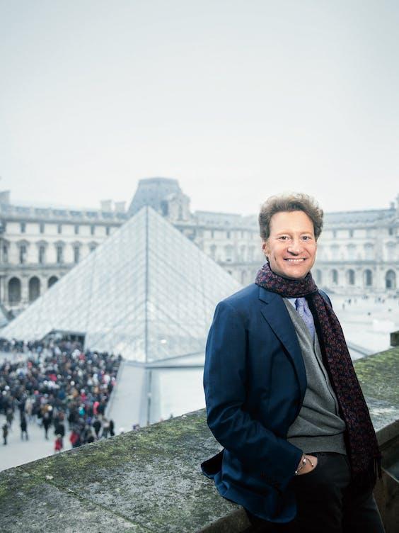 Thomas S. Kaplan voor het Het Louvre in Parijs.