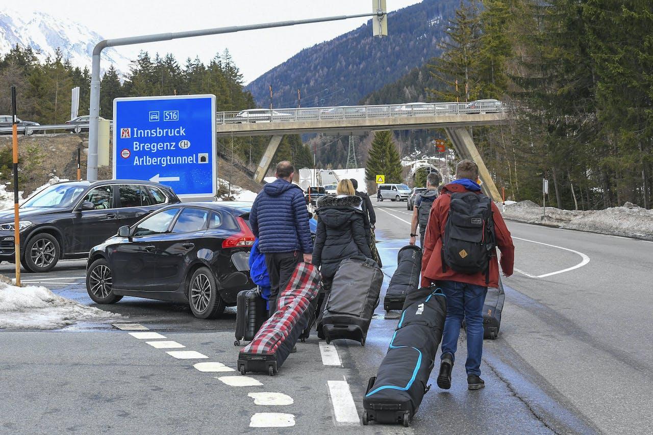 Vakantiegangers keren huiswaarts vanuit de Oostenrijkse skigebieden.
