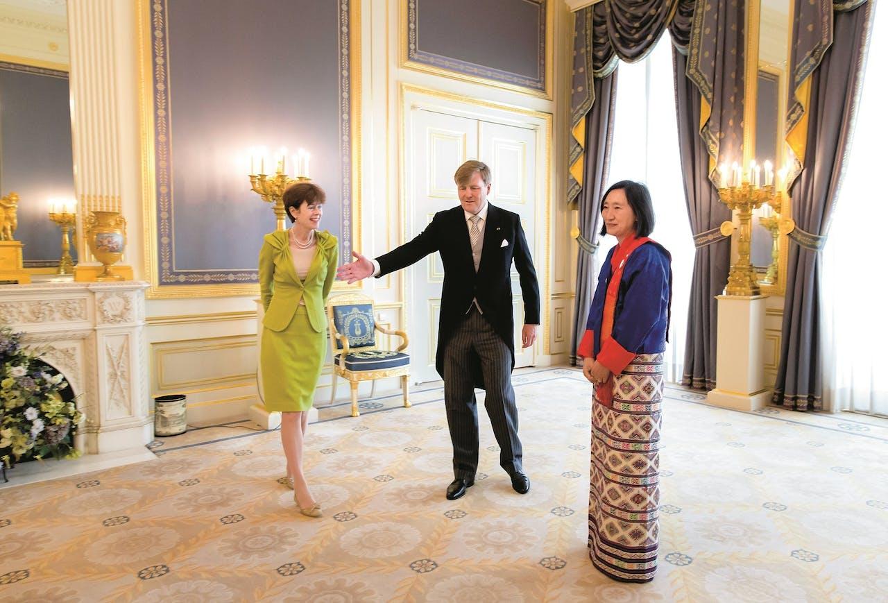 Jones-Bos – hier als secretaris-generaal van Buitenlandse Zaken – met koning Willem-Alexander en de ambassadeur van Bhutan, H.E. Pema Choden.