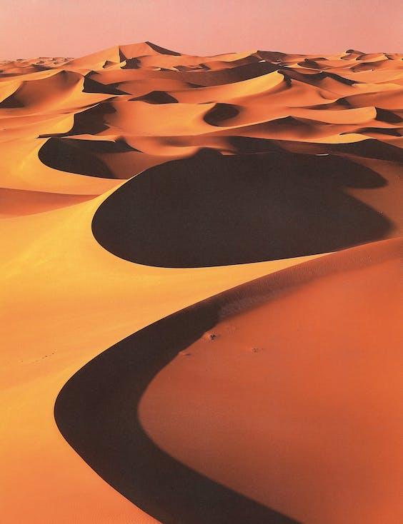 Een maanlandschap in de Sahara.