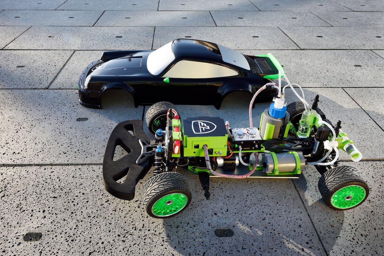 Een schaalmodel auto die rijd op mierenzuur van Team FAST